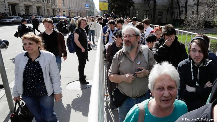 Russland Protestierende stehen vor einem Regierungsgebäude in Moskau (Reuters/T. Makeyeva)
