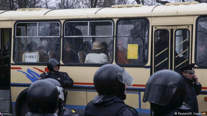 Russland Festnahme von Demonstranten in St. Petersburg (Reuters/A. Vaganov)