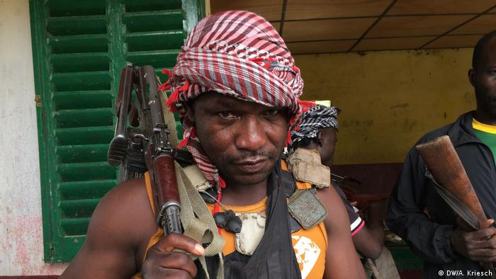 An armed fighter of the anti-Balaka militia in CAR (DW/A. Kriesch)