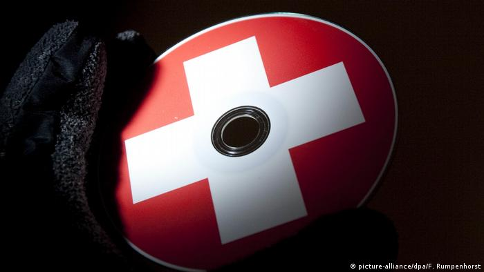 Symbol image of a Swiss tax data CD (picture-alliance/dpa/F. Rumpenhorst)