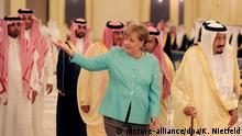 Bundeskanzlerin Angela Merkel (CDU) geht am 30.04.2017 in Dschidda (Saudi-Arabien) neben König Salman (r) durch den Königspalast. Bei ihrem eintägigen Besuch in der Hafenstadt will sie den Gipfel der 20 Industrie- und Schwellenländer im Juli in Hamburg vorbereiten. Foto: Kay Nietfeld/dpa +++(c) dpa - Bildfunk+++ | Verwendung weltweit
