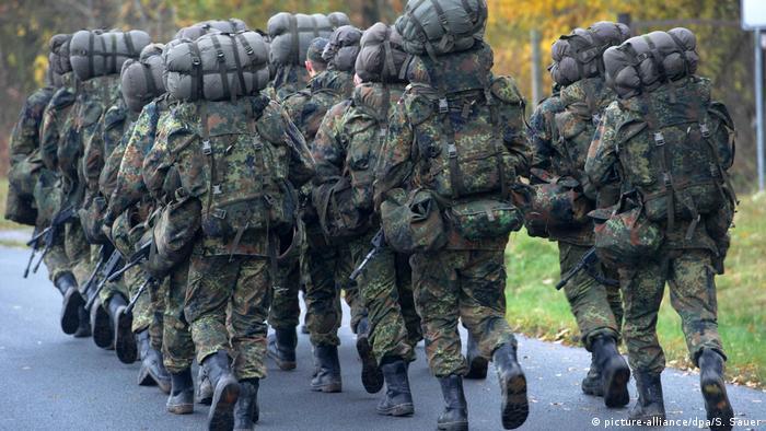 Bundeswehr Soldaten Tarnuniform (picture-alliance/dpa/S. Sauer)