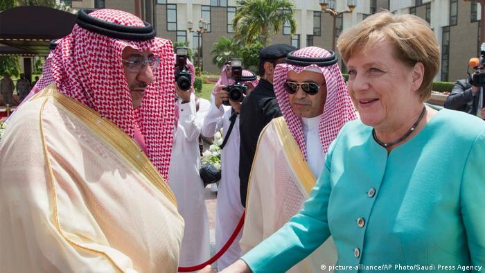 Saudi-Arabien Angela Merkel, Mohammed bin Naif bin Abdulaziz (picture-alliance/AP Photo/Saudi Press Agency)