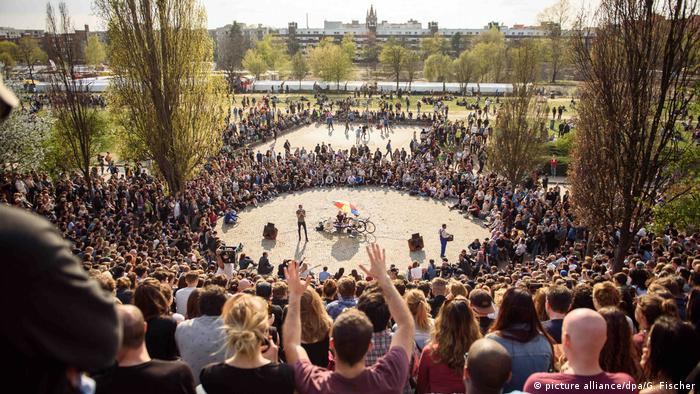 Crowds cheer on karaoke singers at Mauerpark in Berlin (picture alliance/dpa/G. Fischer)