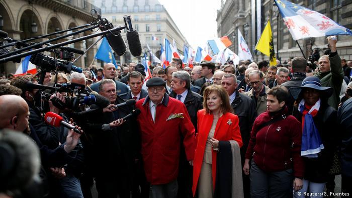 Gründer des Front National Jean-Marie Le Pen und seine Frau Jany bei einer Demonstration der extremen Rechten am Maifeiertag in Paris