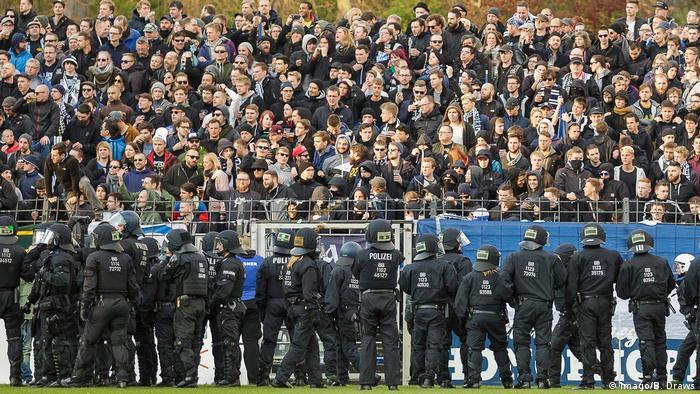 Fußball Regionalliga Ausschreitungen beim Spiel SV Babelsberg 03 - FC Energie Cottbus (Imago/B. Draws)