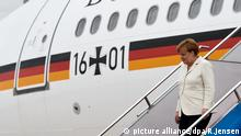Bundeskanzlerin Angela Merkel (CDU) verlässt am 14.06.2016 nach ihrer Ankunft auf dem Flughafen in Shenyang eine Regierungsmaschine. Merkel ist zu einem dreitägigen Besuch in China. Foto: Rainer Jensen/dpa | Verwendung weltweit