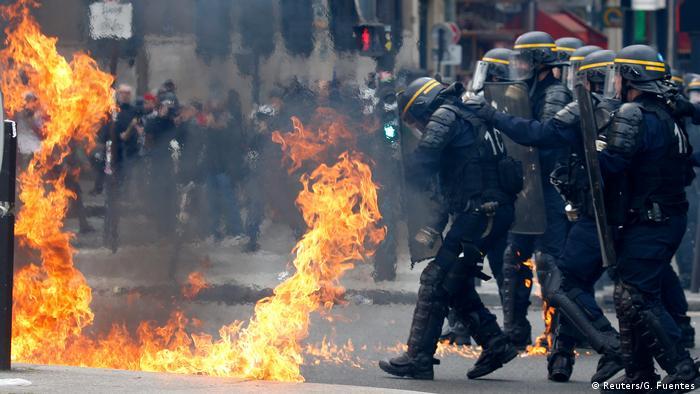 Столкновения демонстратов с полицией в Париже