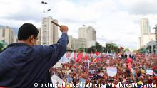 01.05.2017 HANDOUT - Venezuelas Präsident Nicolás Maduro grüßt am 01.05.2017 in Caracas (Venezuela) bei einer Demonstration seine Anhänger. AlsAusweg aus der Staatskrise im sozialistischen Venezuela schlägt Maduro eine Verfassunggebende Versammlung vor. (ACHTUNG: Nur zur redaktionellen Verwendung im Zusammenhang mit der aktuellen Berichterstattung und nur bei Nennung: «Foto: Marcelo Garcia/Prensa Miraflores/dpa» - zu dpa «Venezuela-Krise:Präsident Maduro für Verfassunggebende Versammlung» vom 01.05.2017) Foto: Marcelo Garcia/Prensa Miraflores/dpa +++(c) dpa - Bildfunk+++ | Verwendung weltweit