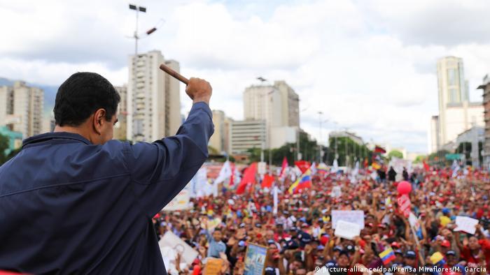 El presidente Nicolás Maduro se dirige a una multitud en Caracas.