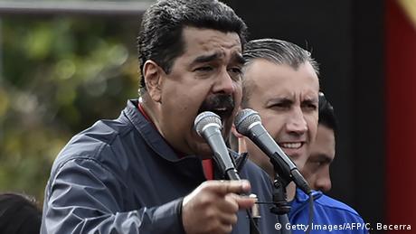 Nicolás Maduro fala ao microfone no dia 1º de maio de 2017