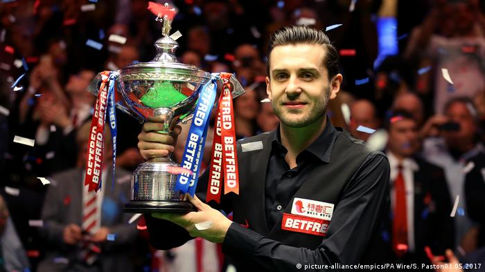 Mark Selby celebrates winning the Betfred Snooker World Championship (picture-alliance/empics/PA Wire/S. Paston01.05.2017 )