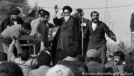Iran Revolutionsführer Ajatollah Khomeini (picture-alliance/dpa/AFP/G. Duval)
