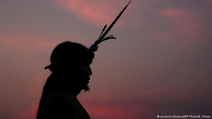 Silhueta de indígena com cocar