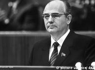 Setelah kematian Konstantin Chernenko, Mikail Gorbachev diangkat menjadi sekretaris jenderal Partai Komunis Uni Soviet. Bagi Blok Barat politisi berusia 54 tahun ini dipandang sebagai pembawa harapan baru. Dengan politiknya Glasnost dan Perestroika (Keterbukaan dan Reformasi) dia berjasa mengakhiri ketegangan dalam Perang Dingin. Tahun 1990 dia dianugerahi hadiah Nobel Perdamaian.