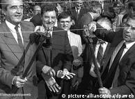 Tanggal 2 Mei kawat besi sepanjang 600 meter yang membatasi Hungaria dan Austria disingkirkan. Bulan Juni menteri luar negeri kedua negara, Alois Mock (Austria ) dan Gyula Horn (Hungaria), sendiri ikut memotong pembatas ini. Foto mereka beredar ke seluruh dunia. Ribuan warga Jerman Timur yang melarikan diri lewat pagar pembatas yang telah jebol makin melemahkan pemerintahan komunis Eropa Timur yang saat itu sudah goyah.