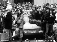 Kerumunan massa di kedutaan Jerman Barat di Praha, Cekoslowakia. 4.000 pelarian dari Jerman Timur bahkan sempat berkemah di sana. Tanggal 30 September Menteri Luar Negeri Jerman Barat Hans-Dietrich Genscher mengumumkan bahwa pejabat Jerman Timur menyetujui untuk memberikan izin keluar negeri bagi warganya. Kedutaan negara lainnya juga diduduki. Situasinya tak lagi terkontrol. Kejatuhan Jerman Timur tinggal tunggu waktu.