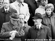 "Walau dihantui gelombang unjuk rasa dan aksi protes, pimpinan SED tetap merayakan peringatan 40 tahun berdirinya dengan dengan parade militer. Beberapa demonstrasi juga digelar, yang ditindak dengan keras oleh aparat keamanan, 1.000 orang ditangkap. Mikail Gorbachev, yang hadir dalam upacara peringatan ini, memberi peringatan kepada pimpinan Jerman Timur: ""Siapa yang terlambat, akan menanggung akibatnya."""