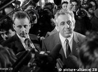 Setelah Honecker mengumumkan melepaskan semua jabatannya, krisis tak bisa lagi ditutup-tutupi. Penggantinya untuk posisi kepala negara dan pemimpin partai dipilih Egon Krenz. Mantan kepala Organisasi Pemuda Sosialis (FDJ) itu pun tak mendapat dukungan warga. Malahan setelah Jerman bersatu, Krenz dijebloskan ke penjara karena kasus penembakan di Tembok Berlin.