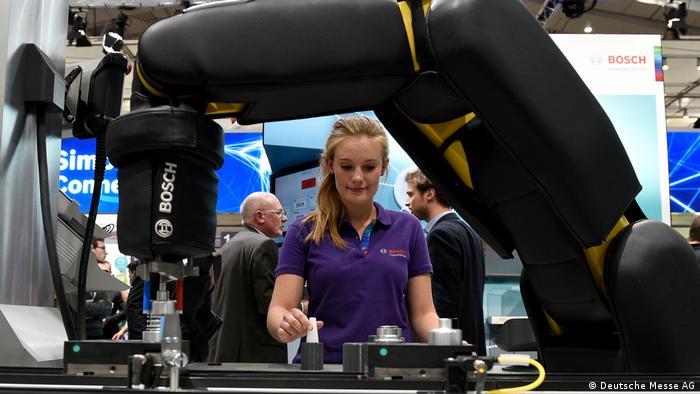 Девушка управляет роботом