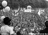 "Orang sudah jenuh dengan Perang Dingin. Mulai awal hingga pertengahan tahun 1980 warga Eropa melancarkan protes menentang kebijakan ganda Pakta Pertahanan Atlantik Utara NATO yang menyetujui penempatan senjata nuklir. Salah satu demonstrasi terbesar digelar di Bonn. Di Jerman Timur muncul gerakan anti perang serupa dengan mengusung moto: ""Tempalah Pedang Menjadi Mata Bajak""."