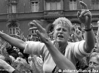 """Di depan gereja St. Nikolai di Dresden sekitar 1.000 orang berdemonstrasi. Sejak itu setiap hari Senin jumlah yang datang makin bertambah. Tanggal 16 Oktober jumlah demonstran tercatat 120.000 orang. Mereka berteriak """"Hentikan kekerasan"""" dan """"Kita semua warga negara!"""" Aparat keamanan tidak berbuat apa-apa."""
