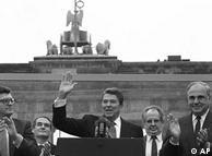 Presiden Amerika Serikat Ronald Reagen datang ke Berlin dan sama seperti Kennedy, dia juga berpidato. Di depan tembok pemisah di Berlin dekat Gerbang Brandenburg, dia berseru: Come here to this gate! Mister Gorbachev, open this gate! Mr. Gorbachev, tear down this wall! Memang Gorbachev tidak jadi datang, namun dua tahun kemudian Tembok Berlin diruntuhkan.