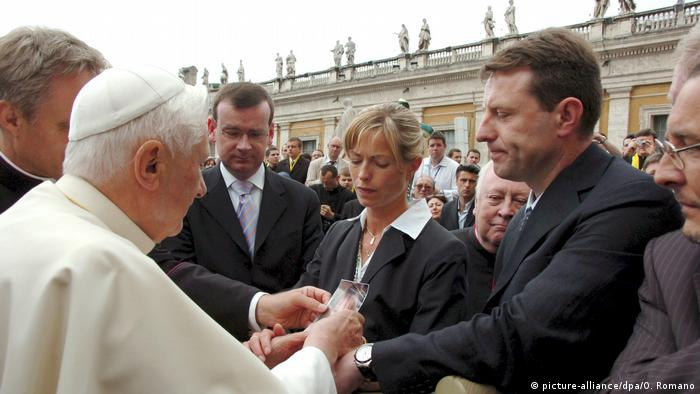Britain's Kate (C) and Gerry McCann (R), the parents of abducted four year old Madeleine McCann, show the photo of their daughter to Pope Benedict XVI (L) at the end of weekly general audience in Saint Peter's Square in Vatican on 30 May 2007. (picture-alliance/dpa/O. Romano)