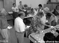 """Tahun 1980-an oposisi di Jerman Timur berusaha menguak hasil pemilu yang dimanipulasi secara sistematis. Tidak seperti biasanya, sebelum pemilu lokal tahun 1989, SED dengan gencar mempropagandakan """"azas demokratis"""" pemilu. Hasil perhitungan resmi mencatat 98,85% suara untuk SED. Tapi kali ini, pengamat independen pemilu berhasil menemukan bukti kuat adanya kecurangan. Bagi rejim SED yang tidak lagi dipercayai warga, pemilu ini menjadi malapetaka."""