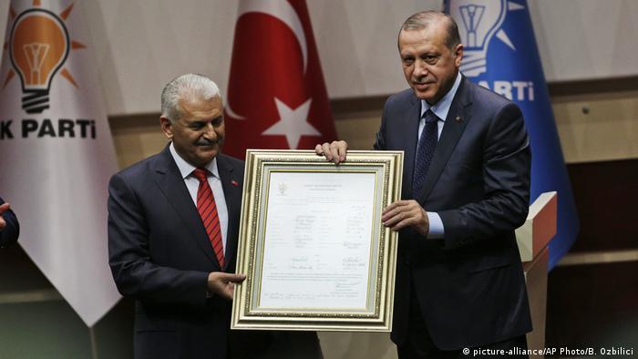 Türkei Erdogan in Regierungspartei AKP zurückgekehrt (picture-alliance/AP Photo/B. Ozbilici)