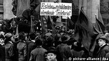 Sturz des Kaiserreichs: Demonstration junger Arbeiter vor dem Abgeordnetenhaus in Berlin im November 1918.