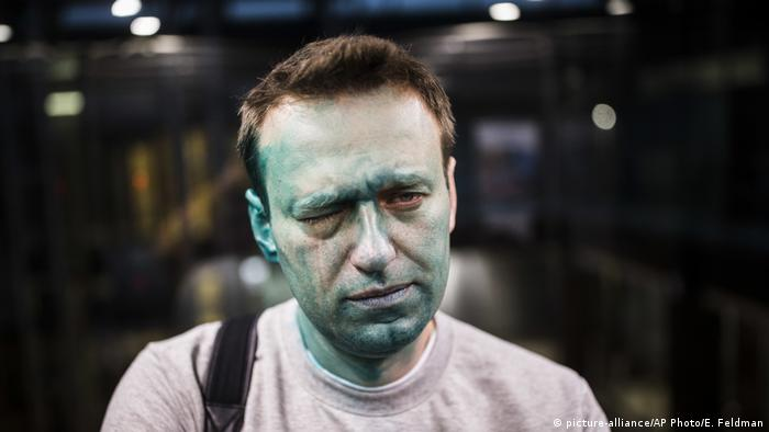 Russland | Oppositionsführer Alexei Navalny nach Attacke mit Zelyonka (brilliant green antiseptic) (picture-alliance/AP Photo/E. Feldman)