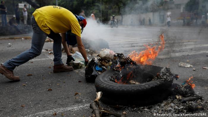 Venezuela | Demonstranten blockieren Straße (Reuters/C. Garcia RawlinsREUTERS)