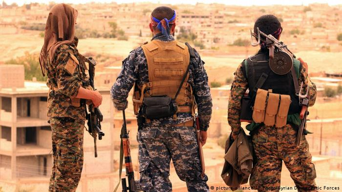 Syrien Tabqa SDF Kämpfer (picture-alliance/AP Photo/Syrian Democratic Forces)