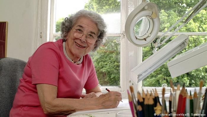 Judith Kerr sitzt zeichnend am Schreibtisch in London (picture-alliance/dpa/D. Sambraus)