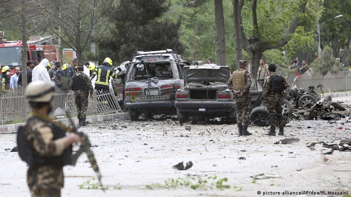 Afghanistan Anschlag auf Nato-Konvoi in Kabul (picture-alliance/AP/dpa/M. Hossaini)