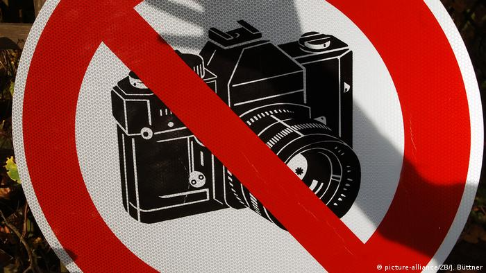 A sign with a camera crossed out, symbolizing restriction on press freedom (picture-alliance/ZB/J. Büttner)