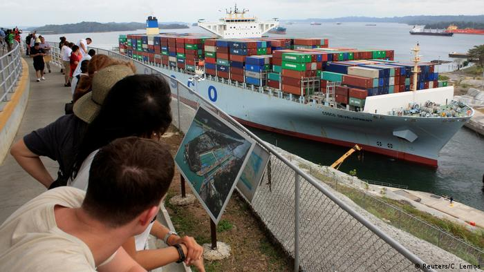 Panama Containerschiff COSCO Development im Panamakanal (Reuters/C. Lemos)
