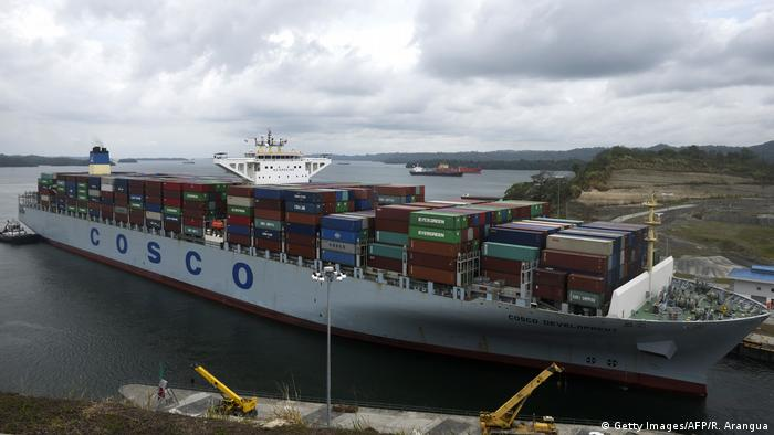 Panama Containerschiff COSCO Development im Panamakanal (Getty Images/AFP/R. Arangua)