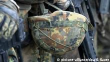 Deutschland Soldat in der Grundausbildung mit Gefechtshelm in Parow