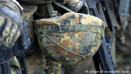 Deutschland Soldat in der Grundausbildung mit Gefechtshelm in Parow (picture-alliance/dpa/S. Sauer)