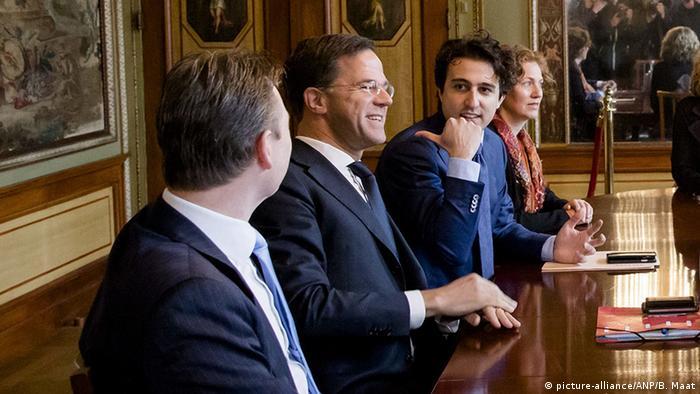 Mark Rutte (2. von links) und Jesse Klaver (2. von rechts) bei den Koalitionsverhandlungen in Den Haag