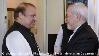 Pakistan Präsident Nawaz Sharif und Irans Außenminster Mohammed Dschawad Sarif (R)