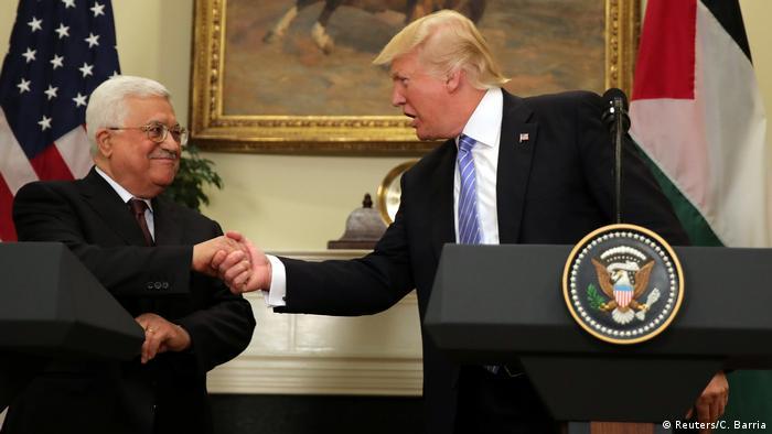 Mahmud Abbas und Donald Trump schütteln sich am Rednerpult die Hände (Foto: Reuters)
