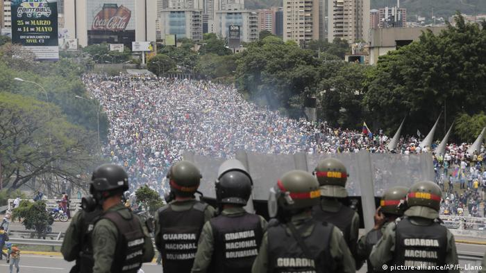 Venezuela Caracas Nationalgarde Opposition Demonstration (picture-alliance/AP/F. Llano)