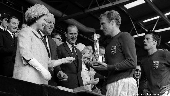 حتی آنگاه که پای احساس به میان میآمد نیز، شاهزاده فیلیپ مایل بود بیشتر یک تماشاگر بماند. بابی مور، کاپیتان تیم ملی فوتبال انگلیس پس از پیروزی در فینال جام جهانی سال ۱۹۶۶ در برابر تیم آلمان، نگاه خود را در نگاه ملکه دوخته است. کسی نمیداند، شاید دل فیلیپ که ازخانوادهای آلمانیتبار برخاسته بود، کمی هم برای تیم ملی فوتبال آلمان میتپید؟