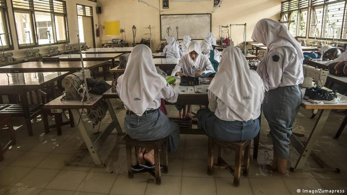 Indonesien Schüler der High School in Uniform (Imago/Zumapress)