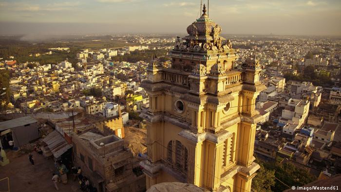 Asia India Tiruchirapalli Tamil Nadu View of temple with Trichy City (Imago/Westend61)