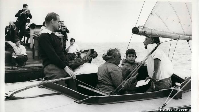Prinz Philip und Prinz Charles beim Segeln (picture-alliance/Zumapress)