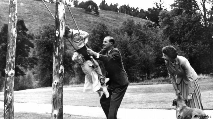 تابستان سال ۱۹۵۵ است. خانواده سلطنتی تعطیلات تابستانی خود را همیشه و طبق سنتی قدیمی در کاخ بالمورال در اسکاتلند سپری میکند. شاهزاده فیلیپ خود فرزند آخر خانوادهای بود از هم پاشیده. شاید همین موضوع از او پدری سختگیر ساخته بود. از مهر و محبت پدرانه چندان اثری نبود. این را شاید هیچ کس بهتر از شاهزاده چارلز، فرزند نخستشان نداند.